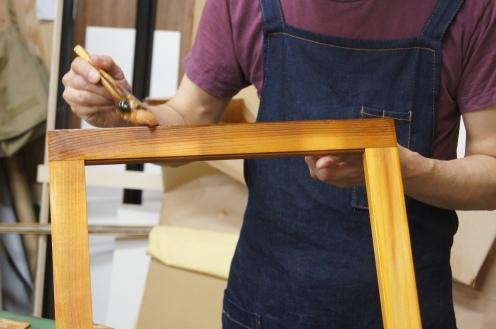 フランスの伝統家具職人が使う特殊なニスを木枠に塗って灰汁を防ぎます。