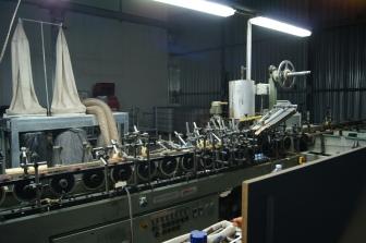 突き板を貼る機械。たくさんあるハンドルをフレームの形状に合わせる。それが難しいらしいです。